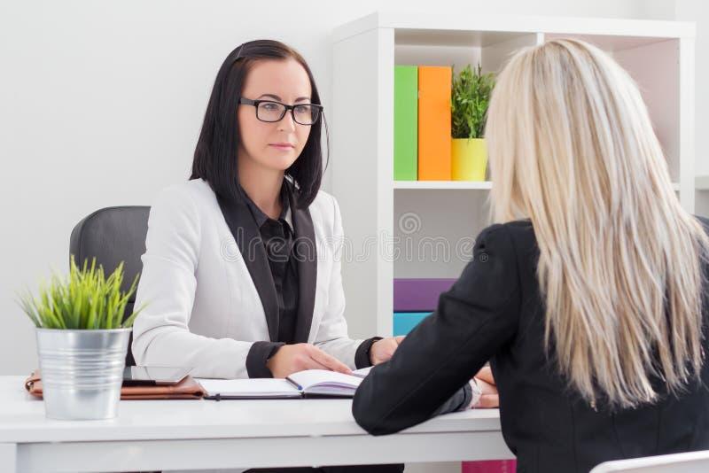 Bewertungsjob-bewerber der Geschäftsfrau lizenzfreie stockfotografie
