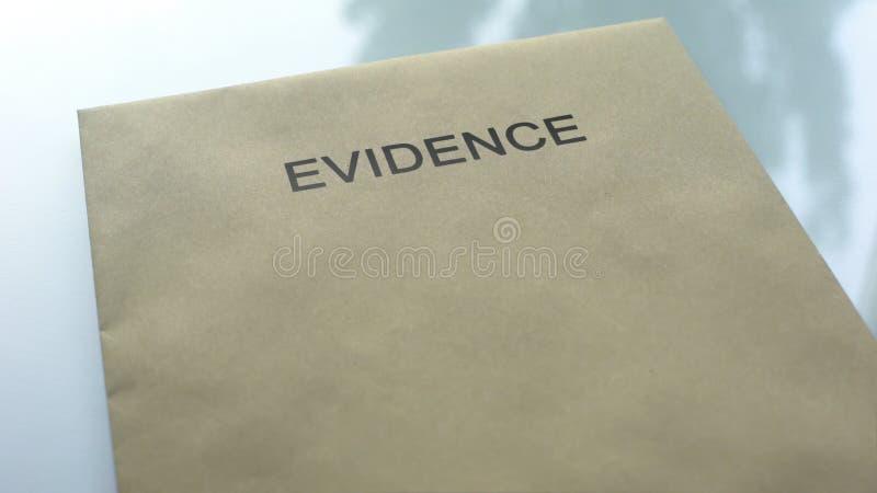 Bewijsmateriaal, omslag die met belangrijke documenten op lijst, politieonderzoek liggen royalty-vrije stock fotografie