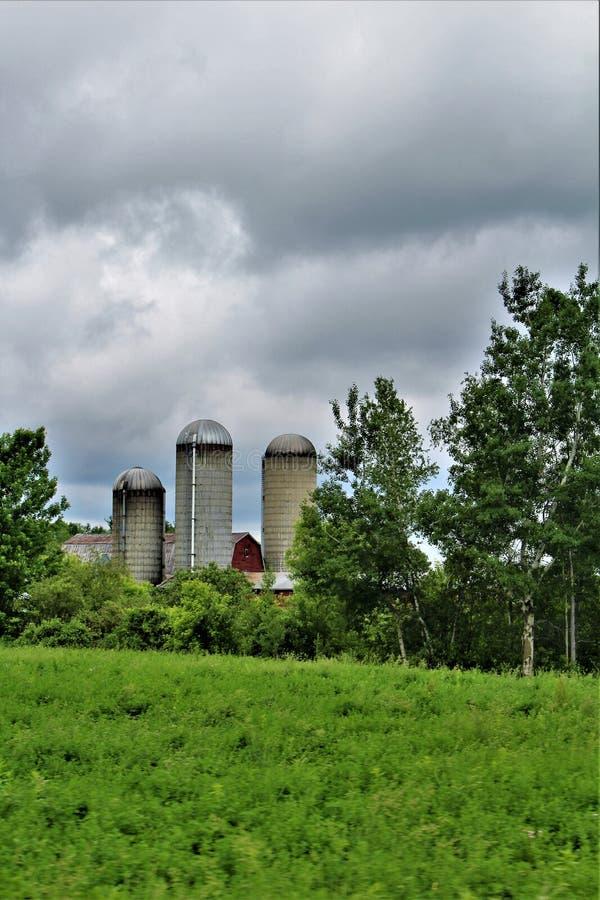 Bewirtschaften Sie die Silos, die in Franklin County, im Hinterland New York, Vereinigte Staaten gelegen sind stockbilder