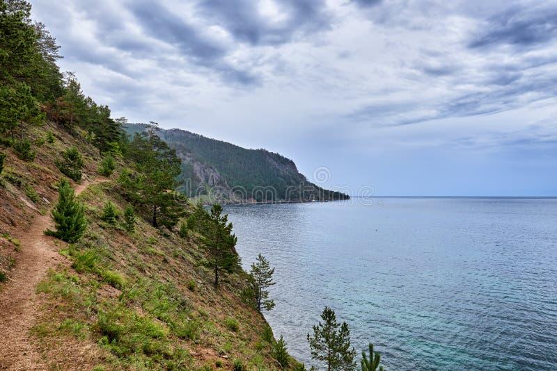 Bewolking over meer in de zomer stock fotografie