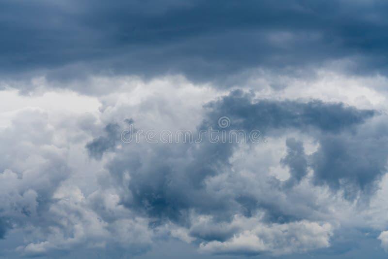 Bewolking van inkomend onweer met dikke grijze en witte wolken stock fotografie