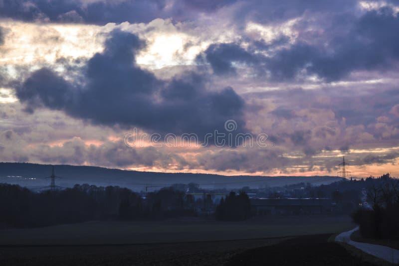 Bewolkt Hemel Donker Bos met zonnestralen tussen wolken stock foto