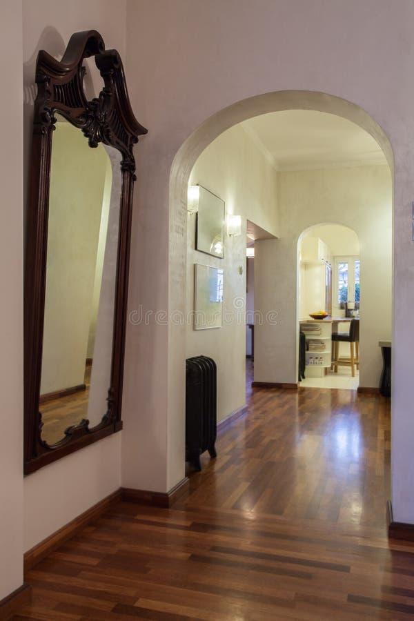 Bewolkt huis - badkamersspiegel royalty-vrije stock afbeeldingen