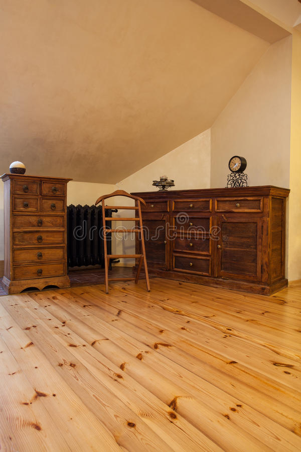 Bewolkt huis - uitstekend meubilair royalty-vrije stock fotografie