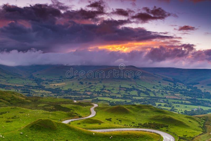 Bewolkt landschap bij zonsondergang in het Piekdistrict, Derbyshire, het UK stock fotografie