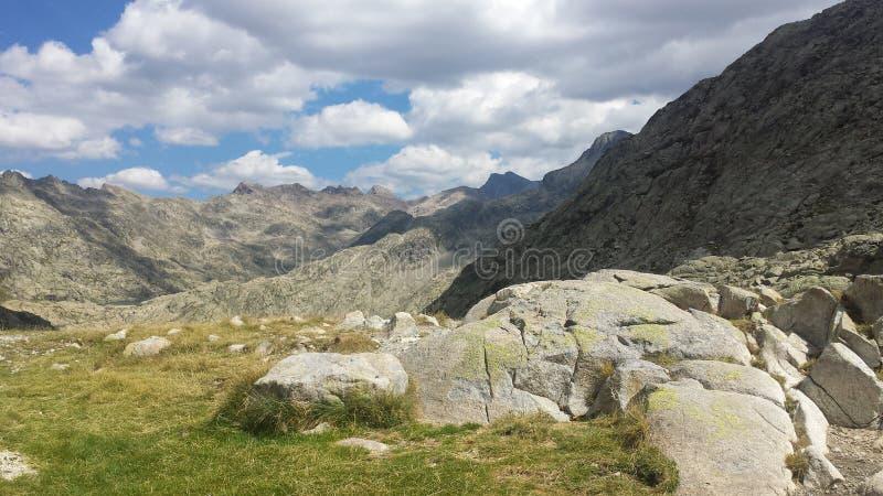 Bewolkt landschap met bergen royalty-vrije stock foto