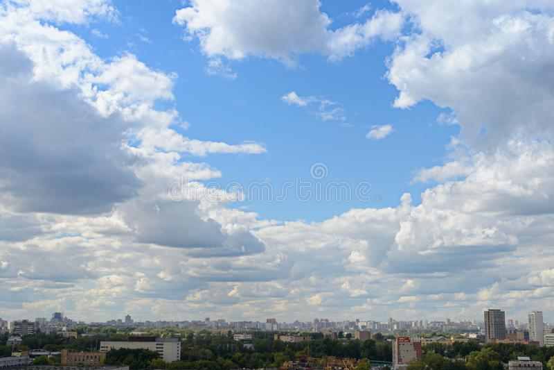 Bewolkt landschap over de stad moskou Rusland royalty-vrije stock afbeelding