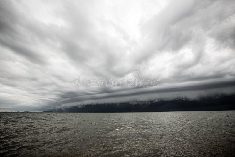Bewolkt onweer in het overzees vóór de regen stock foto's