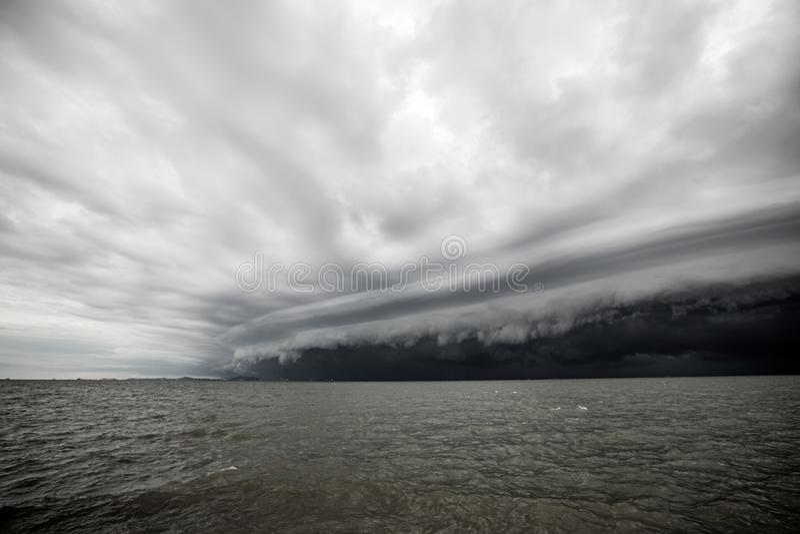 Bewolkt onweer in het overzees vóór de regen royalty-vrije stock afbeelding