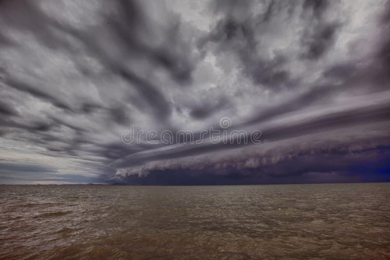 Bewolkt onweer in het overzees vóór de regen de wolk van tornadoonweren boven het overzees Moessonseizoen royalty-vrije stock foto