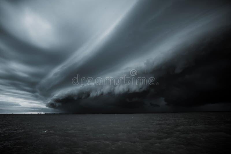 Bewolkt onweer in het overzees vóór de regen de wolk van tornadoonweren boven het overzees Moessonseizoen Orkaan Florence stock foto