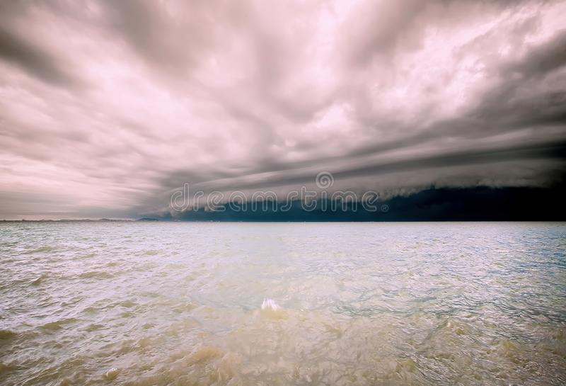 Bewolkt onweer in het overzees vóór de regen de wolk van tornadoonweren boven het overzees Moessonseizoen Orkaan Florence Orkaan  royalty-vrije stock foto