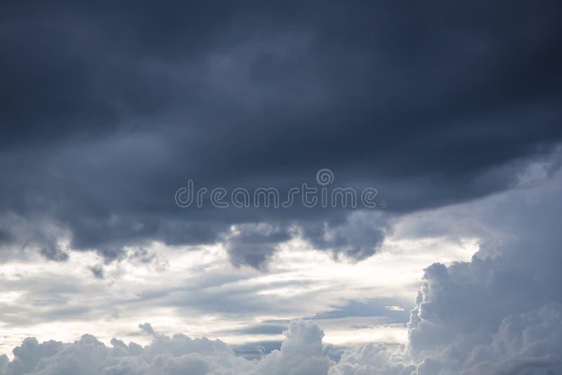 Bewolkt onweer in het overzees vóór regenachtig stock foto