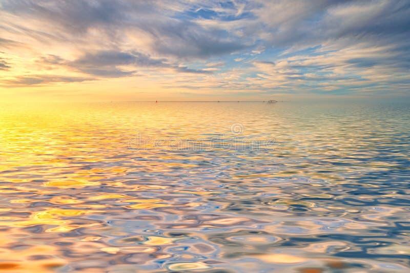 Bewolkt zonsopgangzeegezicht stock fotografie