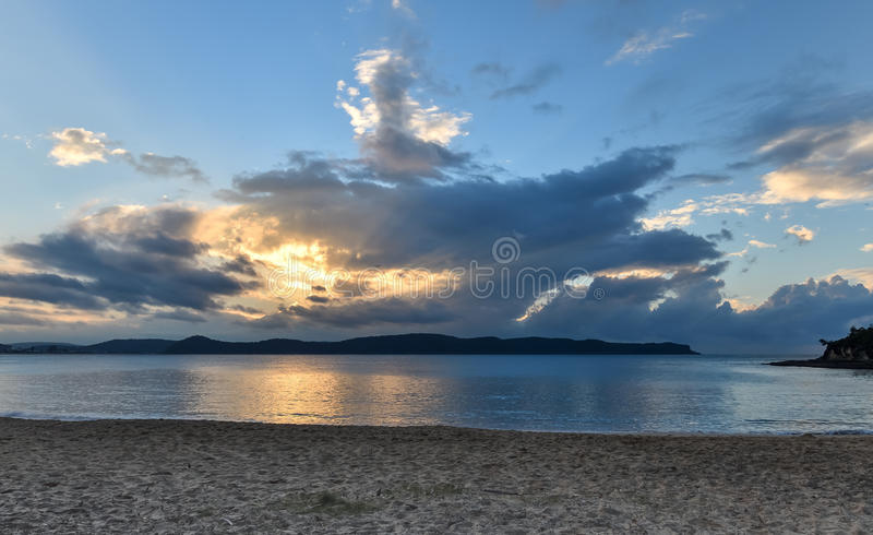 Bewolkt zonsopgangzeegezicht royalty-vrije stock foto's