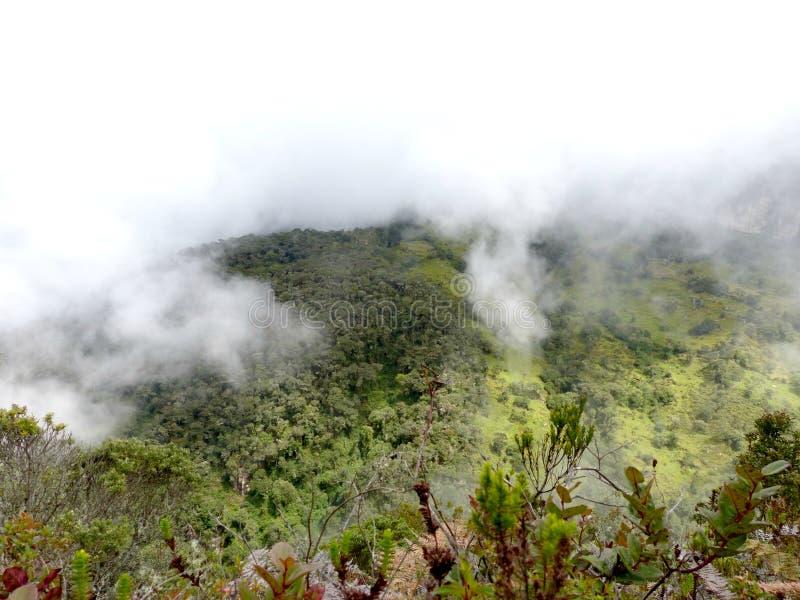 Bewolkte bergen aan de andere kant van de vallei stock foto