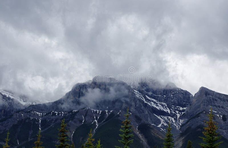 Bewolkte bergen in Kananaskis, Westelijke Alberta Canada royalty-vrije stock afbeeldingen