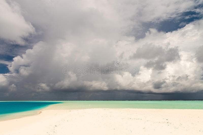 Bewolkte blauwe hemel over tropische wateren Het concept van de vakantie stock afbeeldingen