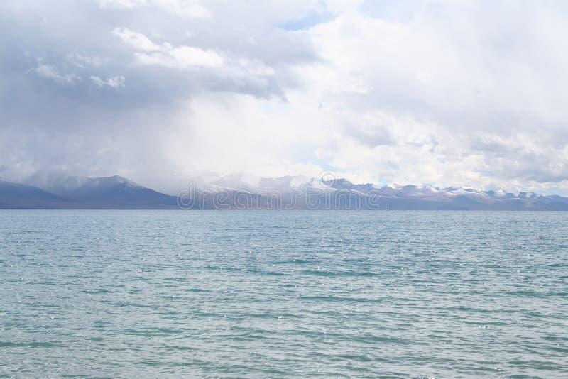 bewolkte dag bij meernamtso in Tibet stock foto