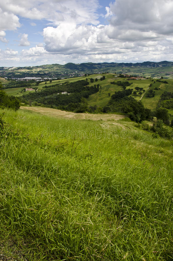 Bewolkte dag - Mening van de heuvel stock afbeelding