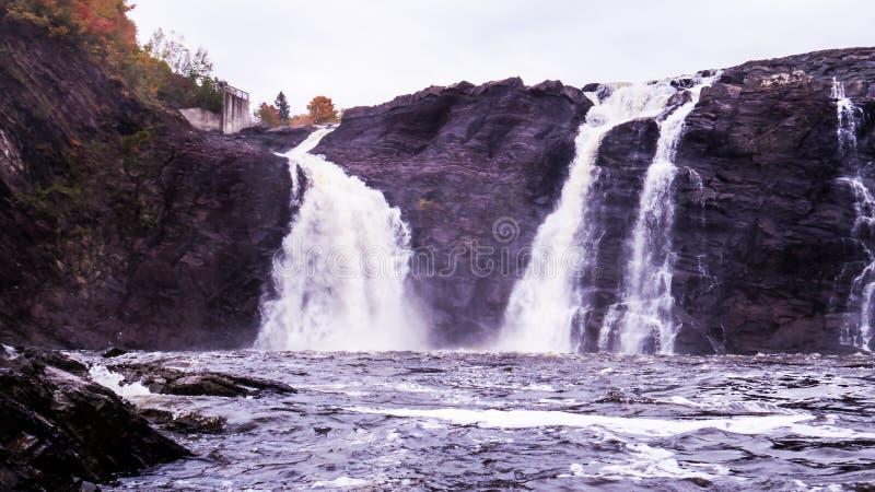 Bewolkte dag over vele watervallen stock foto