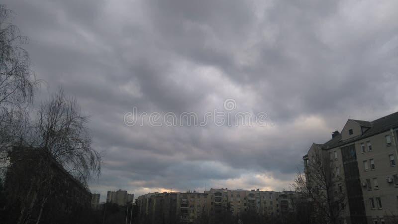 Bewolkte dag in stad stock afbeeldingen