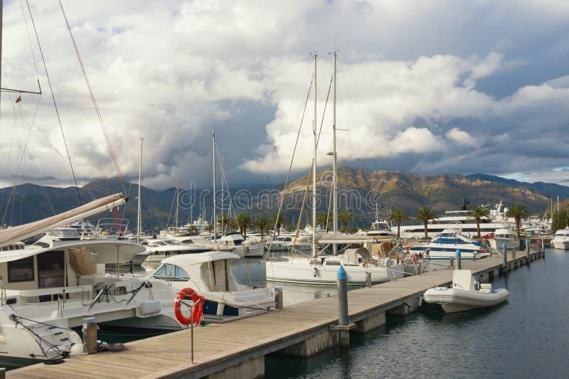 Bewolkte de herfstdag in haven Montenegro, Tivat-stad, jachtjachthaven van Porto Montenegro royalty-vrije stock fotografie