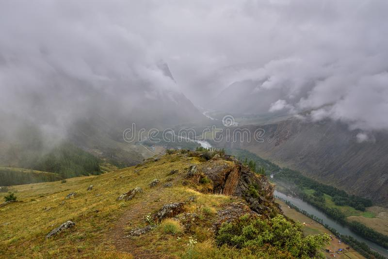 Bewolkte de riviermist van de bergenvallei royalty-vrije stock fotografie
