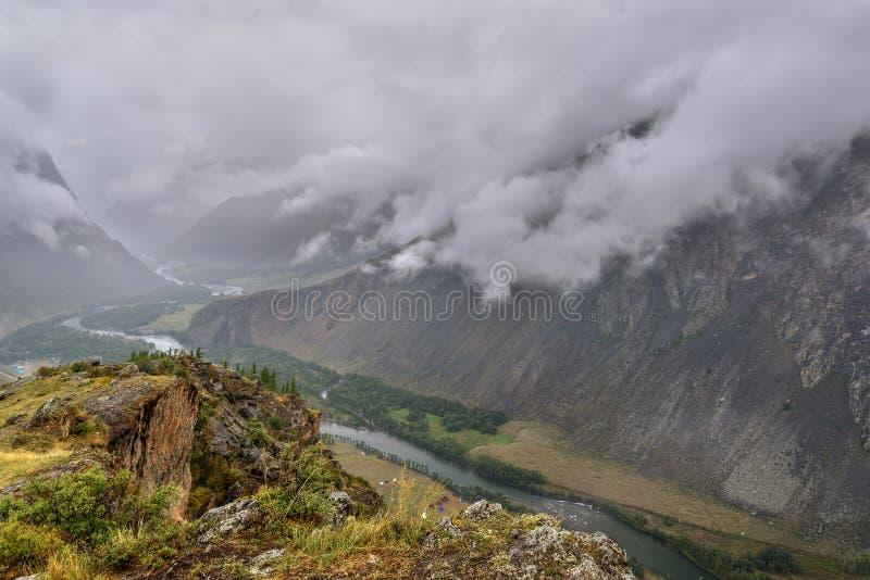Bewolkte de riviermist van de bergenvallei royalty-vrije stock afbeeldingen
