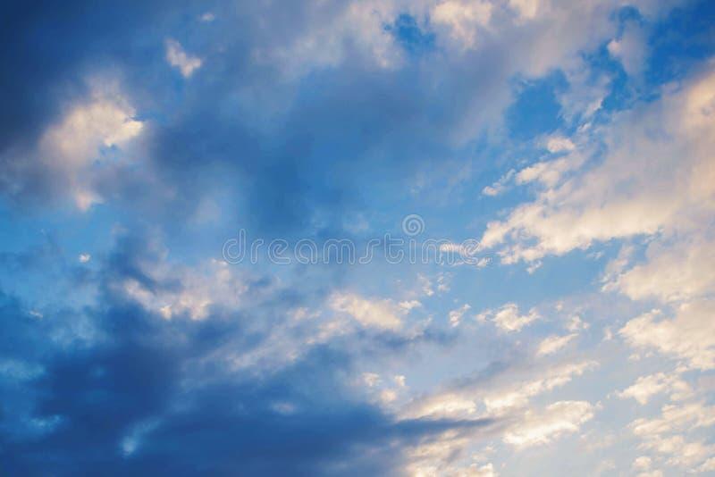 Bewolkte hemel bij zonsondergang royalty-vrije stock foto