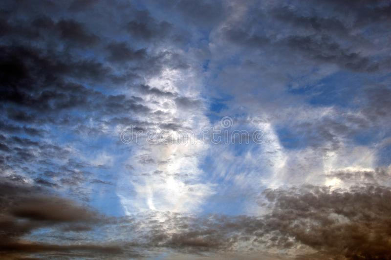 Bewolkte hemel in de avond royalty-vrije stock afbeelding