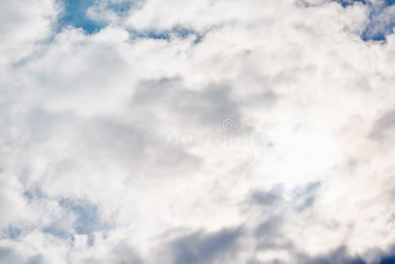 Bewolkte hemel met dikke wolken Concept energie royalty-vrije stock foto