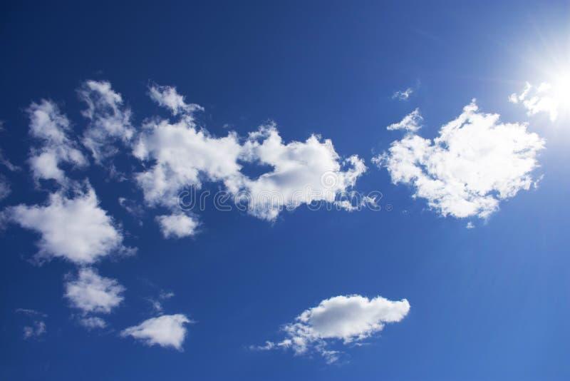 Bewolkte hemel met natuurlijke gloed van de zon Voor achtergrond Wolken stock foto
