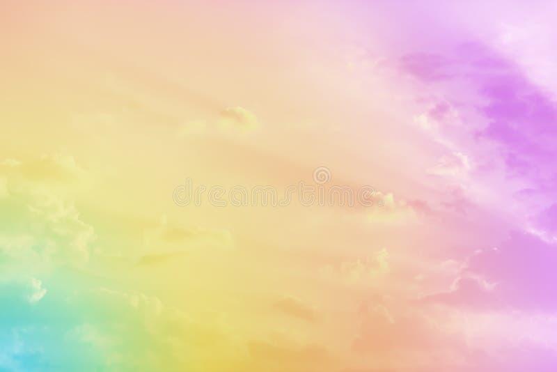 Bewolkte hemel met pastelkleur stock afbeeldingen