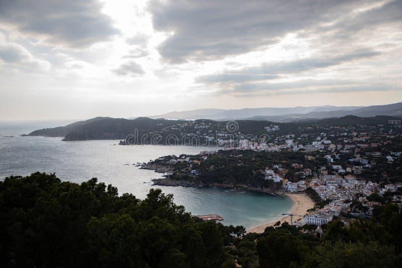 Bewolkte hemel over kust mediterrane stad met witte huizen royalty-vrije stock foto's