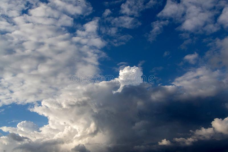 Bewolkte hemel, bewolkte hemel Hemel vóór het onweer stock fotografie