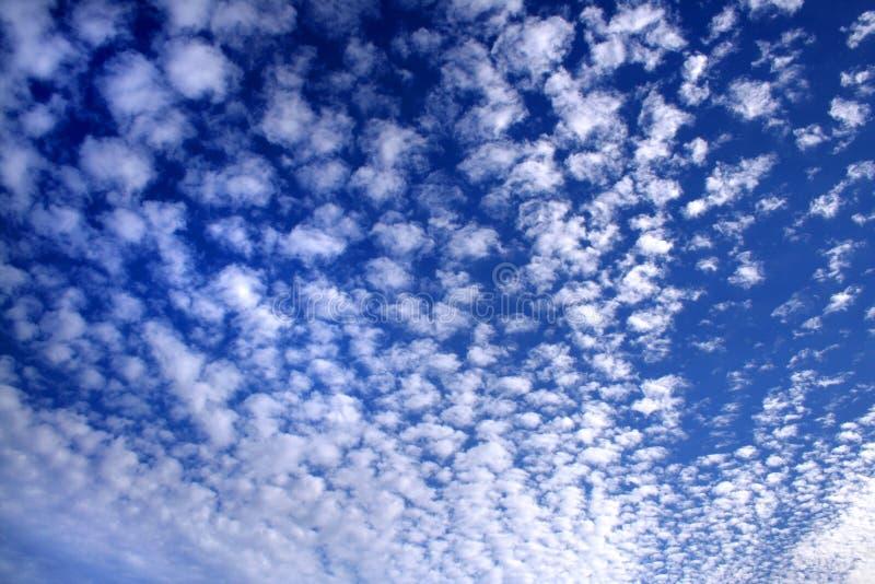 Bewolkte hemel in wit en blauw 02 royalty-vrije stock foto