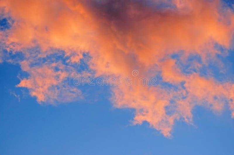 Bewolkte hemelachtergrond royalty-vrije stock afbeeldingen