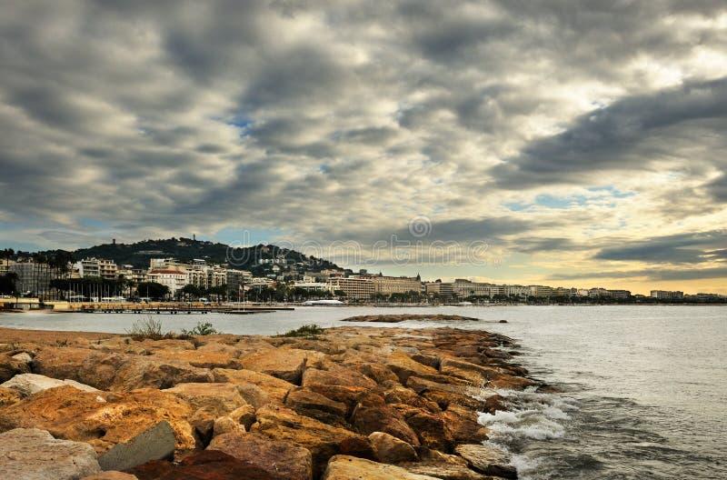 Bewolkte ochtend in Cannes stock foto