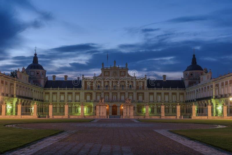 Bewolkte schemering over het historische Paleis van Aranjuez, Spanje stock foto