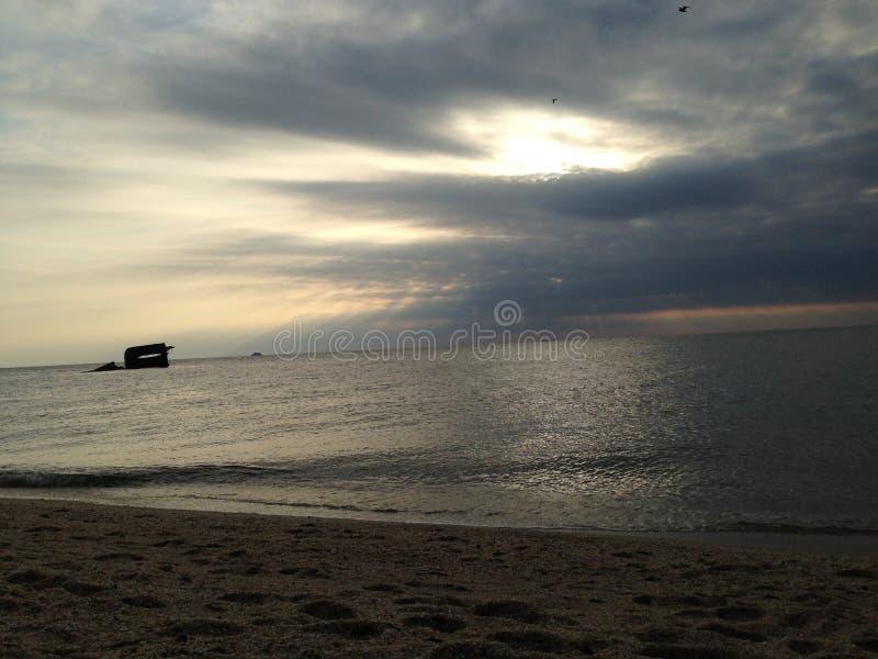 Bewolkte stranddag royalty-vrije stock foto
