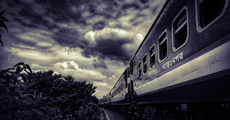 Bewolkte trein royalty-vrije stock afbeelding