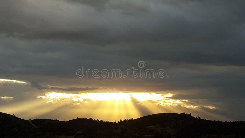 Bewolkte van de de zonneschijnzonsopgang van de hemelhoop de godstekens royalty-vrije stock fotografie