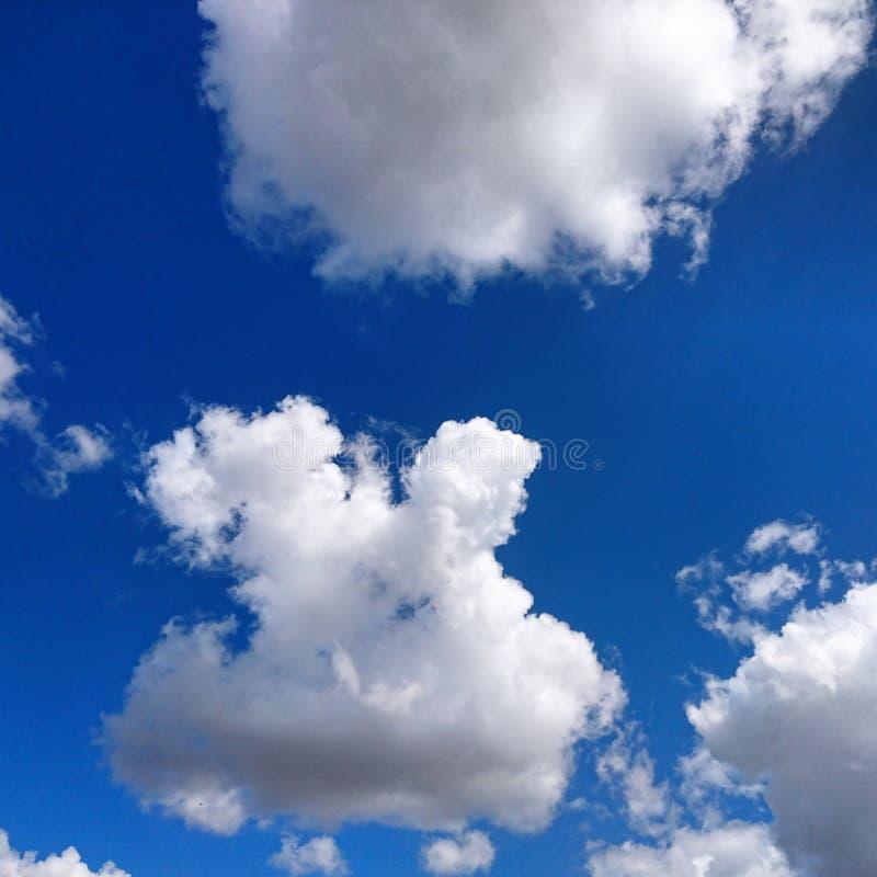 Bewolkte zonnig en ☠ stock fotografie