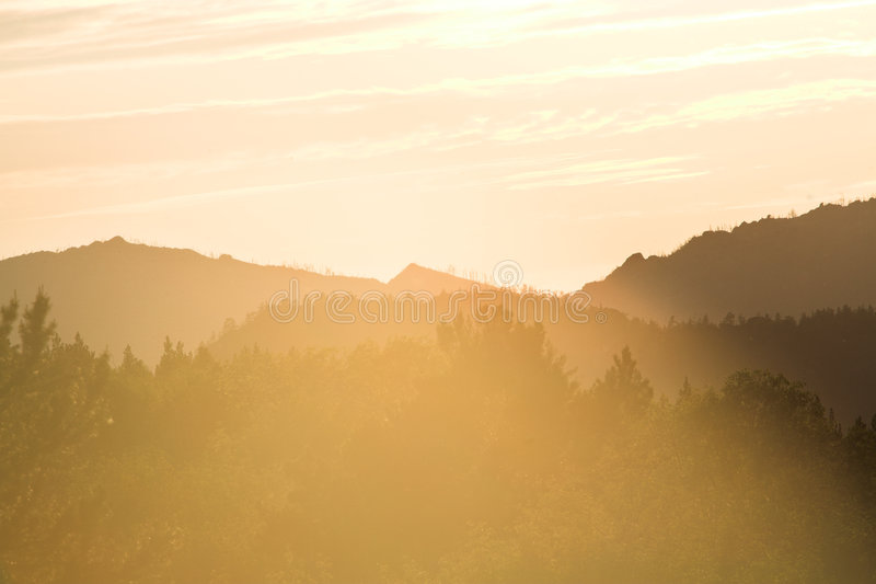 Bewolkte zonsondergang stock foto