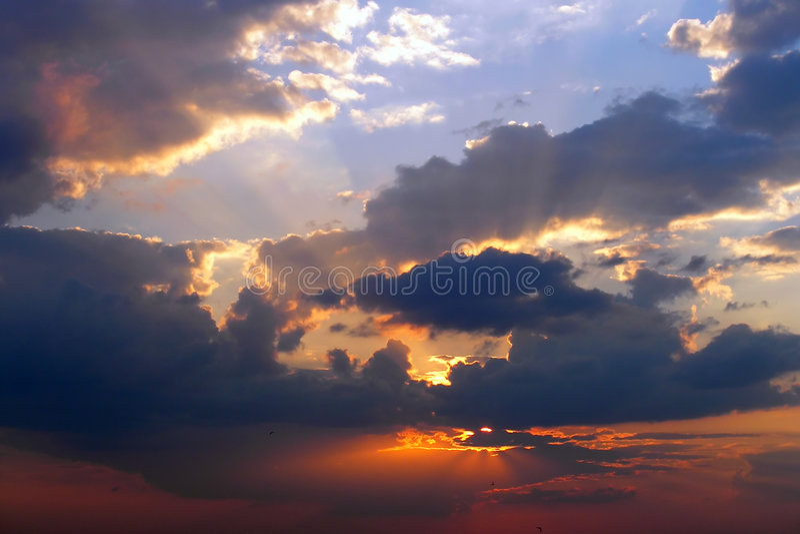 Bewolkte zonsondergang royalty-vrije stock afbeelding