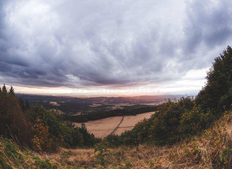 Bewolkte zonsondergang over Newberg, Oregon royalty-vrije stock foto's