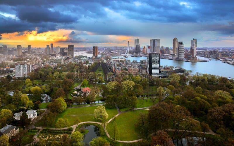 Bewolkte zonsondergang over Rotterdam royalty-vrije stock afbeelding