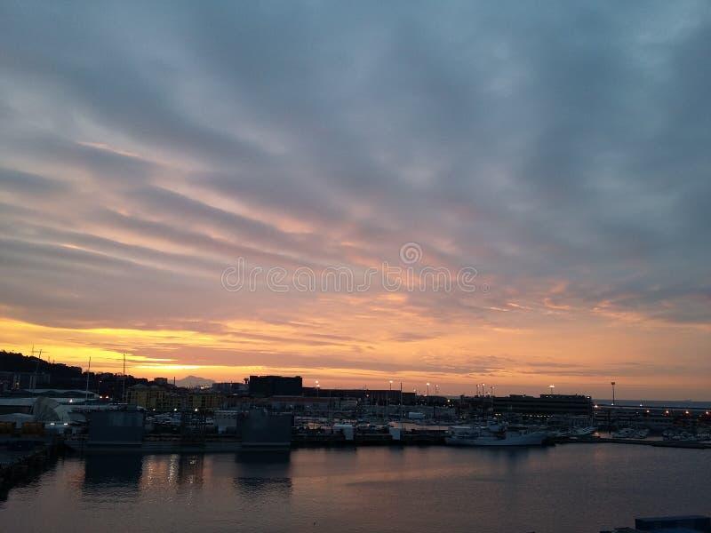 Bewolkte zonsopgang stock afbeelding