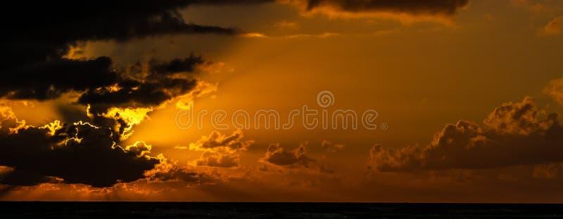 Bewolkte zonsopgang over Caraïbische overzees royalty-vrije stock foto's